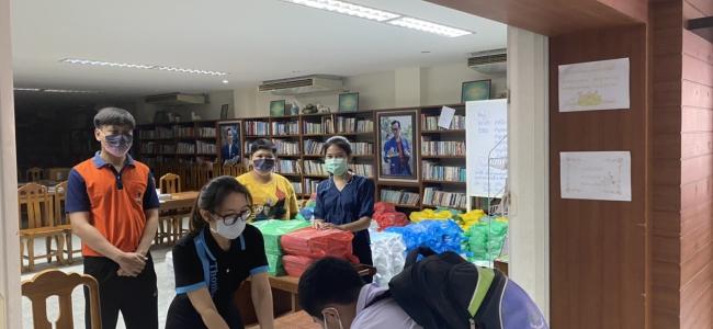 แจกหนังสือเรียนให้กับนักเรียน เพื่อเตรียมความพร้อมในการเรียนภาคเรียนที่ 1 ปีการศึกษา 2564